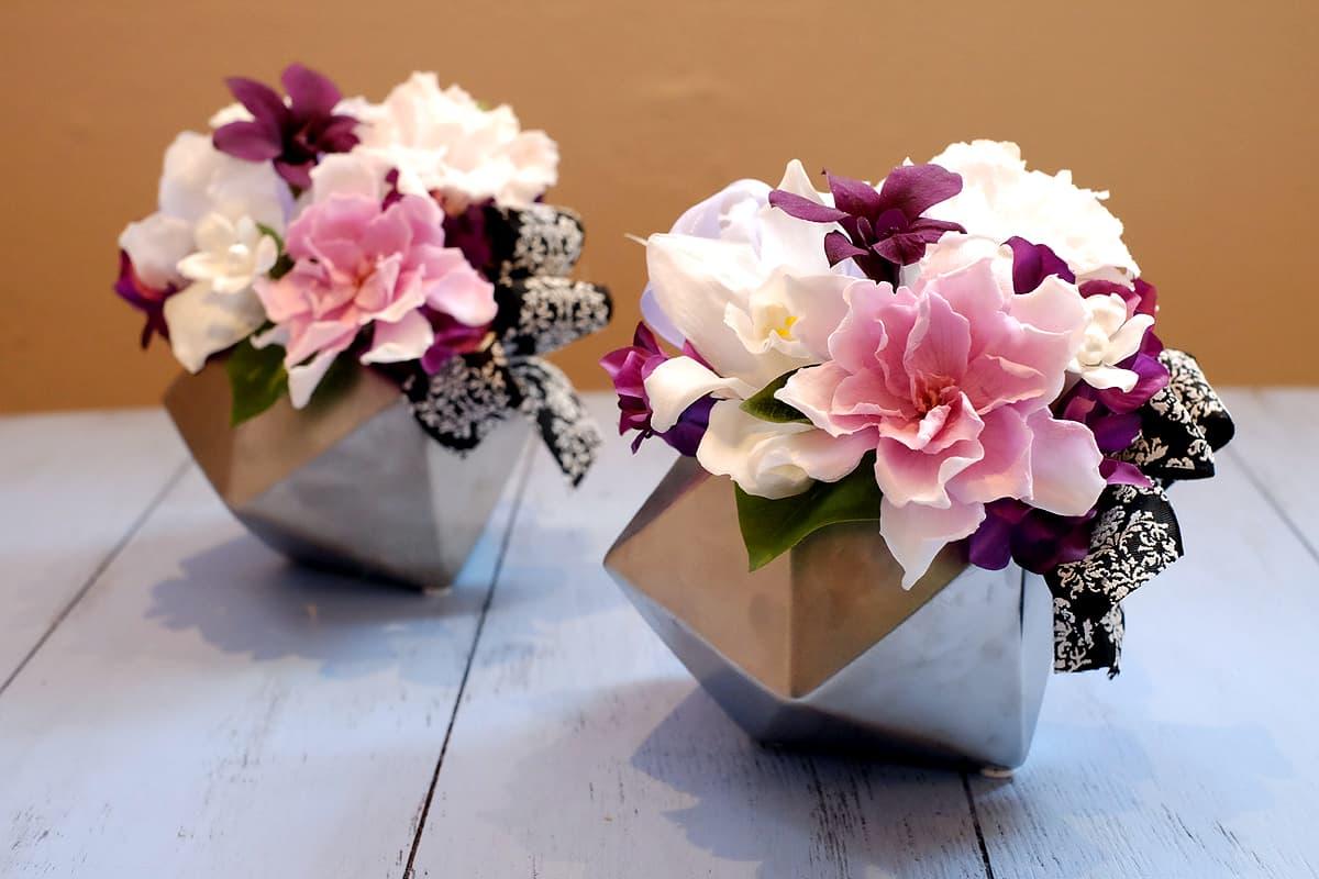 淡い大輪のクチナシの供花